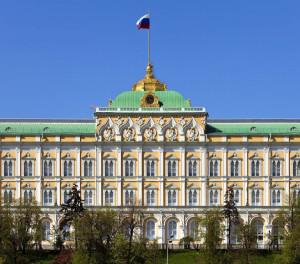 russland-moskau-im-grossen-kremlpalast-befinden-sich-die-gemacc88cher-und-die-arbeitsracc88umlichkeiten-der-russischen-regierung-abadesign-shutterstock-1200x800